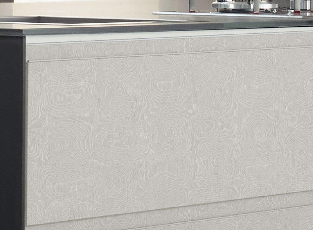 Acabamento desenvolvido em parceria com o estilista Reinaldo Lourenço, com nuances em off white, cuja nomenclatura remete ao tecido furta-cor onde a posição do fio produz um efeito ondulado.jpg