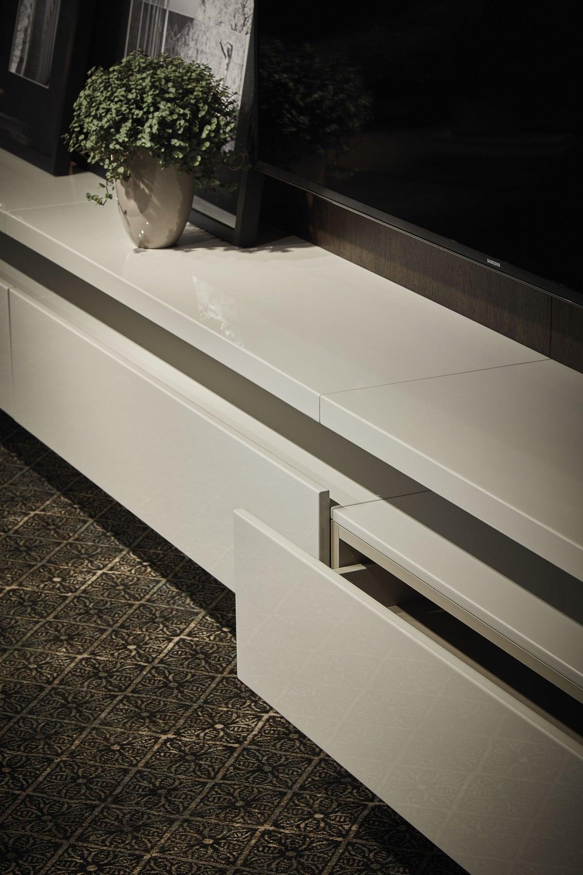 Acabamento desenvolvido em parceria com Pedro Lourenço, o padrão Moon têm suas nuances metalizadas harmonizadas com veios delicados e sinuosos que flutuam sobre tons de cinza iluminados.jpg
