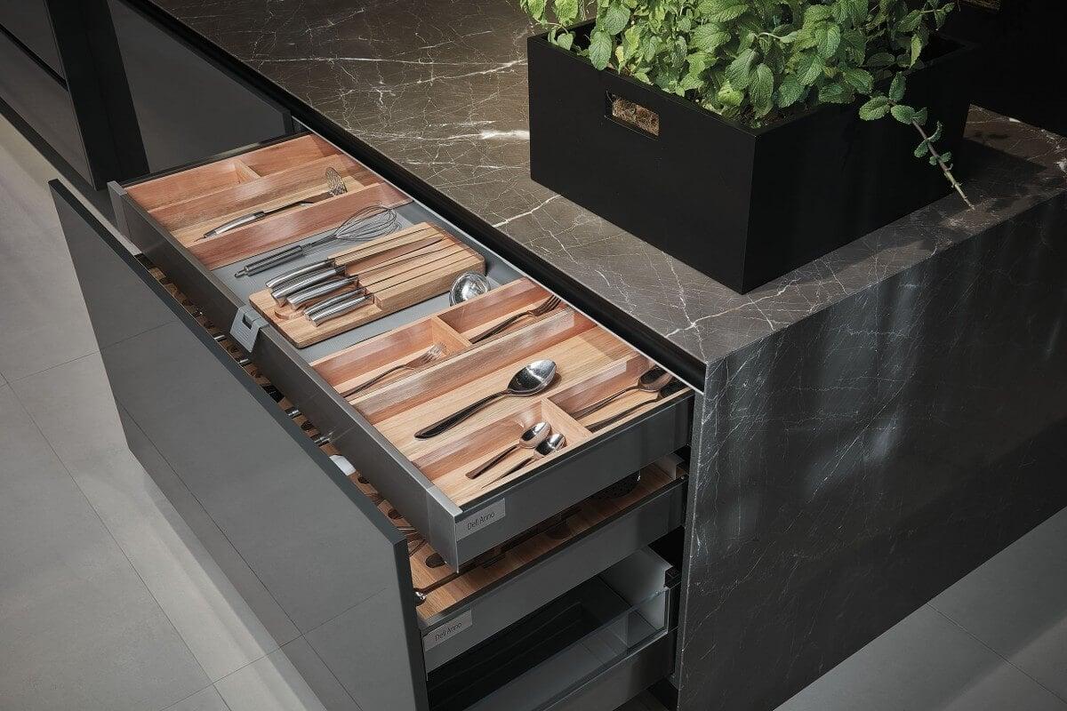 Gavetas Tandembox utilizam acessórios divisores de talheres da linha Bistrot Wood