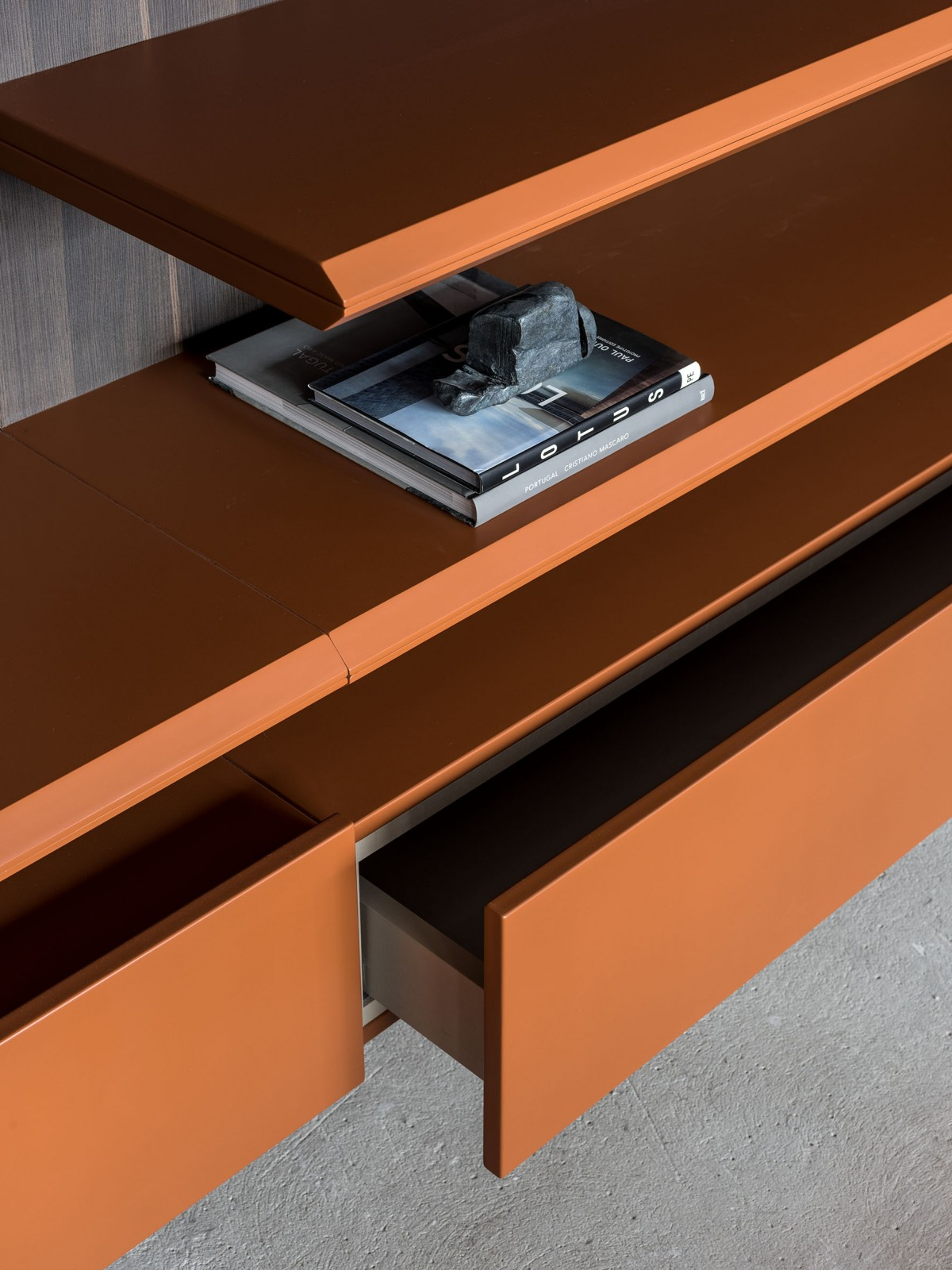 Prateleiras e portas com chanfro 45° com acabamento reto, trazendo à peça ainda mais delicadeza, podendo ser utilizada sozinha ou em conjunto de 2 prateleiras para criar novos desenhos